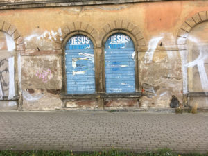 """Riesa, Fußweg in die Stadt mit Plakat """"Jesus lebt"""""""