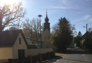 Linz, Straße mit Kirche
