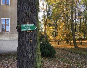 Wegweiser am Herrenhaus Kraußnitz