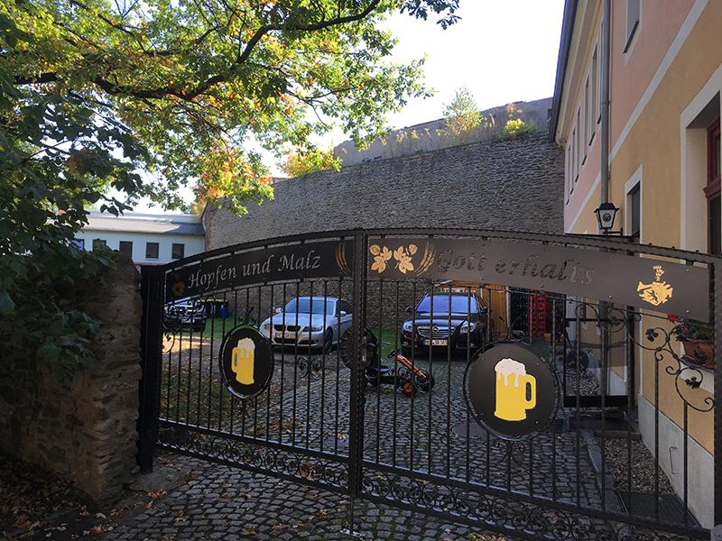 """Hof der """"Osteria Veccia Mura"""" an der Stadtmauer"""